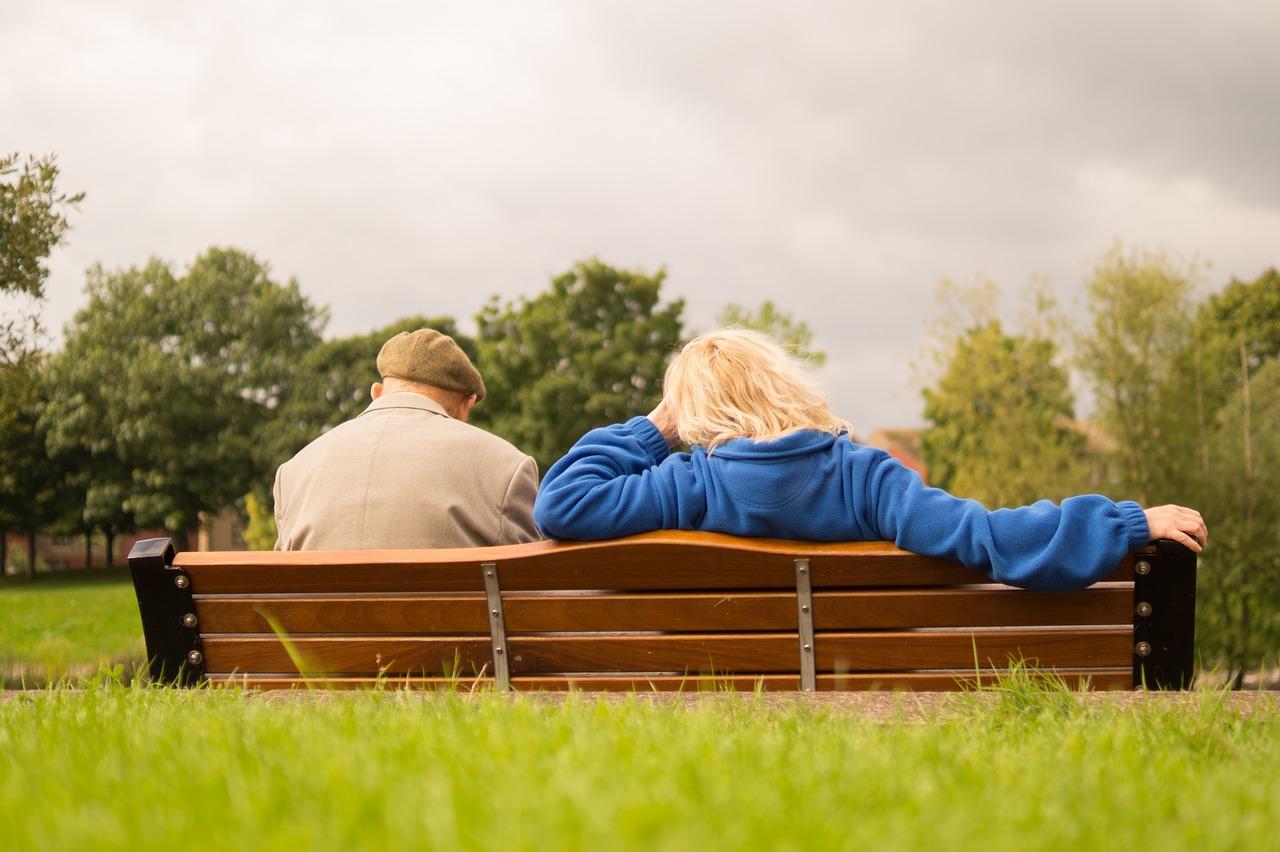 Imagen que contiene cesped,pareja de ancianos
