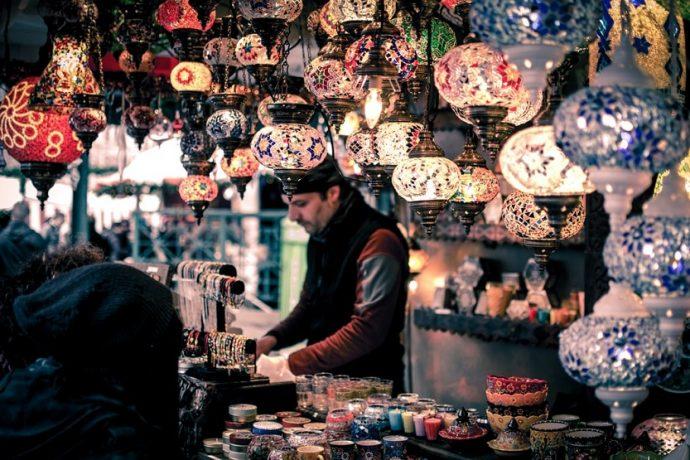 Gran Bazar Estambul lámparas (Wei Pan Unsplash)
