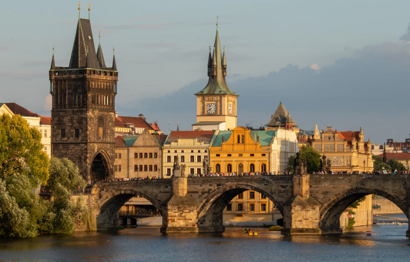 Puente de Carlos Praga (Martin Krchnacek Unsplash)